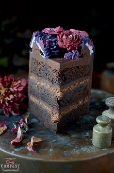 Amazing chocolate cake with crunchy praline layer, very intense chocolate flavor and beautiful buttercream flowers wreath decoration Chocolate Flavors, Chocolate Cake, Vegan Junk Food, Vegan Sushi, Vegan Smoothies, Buttercream Flowers, Sweets Cake, Vegan Kitchen, Asian Cooking