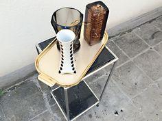 Vasen, goldenes Tablett & Marmorbeistelltisch auf www.riccio.de