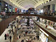 C'est le plus grand centre commercial du monde et il se trouve à Dubaï! Plein de découvertes insolites dans ce temple du shopping...