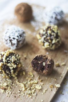 3 INGREDIENT DATE BALLS — madeleine olivia Ketogenic Desserts, Healthy Desserts, Just Desserts, Healthy Dinner Recipes, Gourmet Recipes, Vegan Recipes, Dessert Recipes, Vegetarian Meals, Vegan Truffles