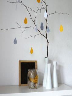 15 fröhliche Regentropfen aus Filz, die trübe Herbstgedanken vertreiben und für gute Laune in Deinem Zuhause sorgen. Jeweils 5 Stück in maisgelb, steingrau und reinweiß. *Auch in den Farben...