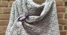 Ja hoor, het is officieel herfst... Vandaag liepen Suus en ik allebei voor het eerst, sinds mei of zo, met een sjaaltje en omslagdoek ... Crochet Shawl, Knit Crochet, Blanket, Knitting, Scarfs, Image, Fashion, Scarves, Sweater Vests