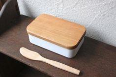 まず始めに左のものは野田琺瑯のバターケースです。 朝食が楽しくなりそうな木のぬくもりも感じるデザイン。