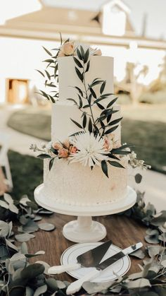 Floral Wedding Cakes Floral triple layered white cake simple elegant green in front of house in backyard on wooden table white platter Simple Elegant Wedding, Elegant Wedding Cakes, Perfect Wedding, Trendy Wedding, Wedding Cake Simple, Minimal Wedding, Wedding Goals, Our Wedding, Wedding Planning