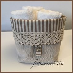 Cestino shabby in cotone a righe con pizzo e tre lavette bianche, by fattoamanodaTati Tissue Holders, Facial Tissue, Shabby Chic, Home, Bags, Dressmaking, Projects, Baskets, Crafts