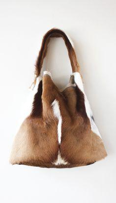 Miel de Abejas Springbok Hobo Red Purses, Purses And Bags, Leather Handbags, Leather Bags, Women's Handbags, Color Combinations For Clothes, Western Purses, Fur Bag, Best Bags