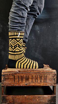 Miesten kirjoneulesukat – katso Jonna Nordströmin ohje   Meillä kotona Wool Socks, Knitting Socks, Leg Warmers, Fun Projects, Mittens, Knit Crochet, Knitting Patterns, Photo Wall, Arts And Crafts