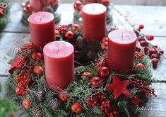 Jutta Nowak: Adventsausstellung 2015, Kranz mit rotem Pfeffer, Zieräpfeln, Kugeln und Zapfen