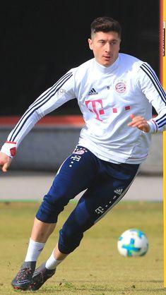 Robert Lewandowski, Football Is Life, World Football, Fc Bayern Munich, Sports Celebrities, Trainer, Physical Activities, Fifa, San