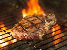 Como temperar carne para churrasco. Se está buscando dicas sobre o tempero da carne que vai assar no churrasco, está no lugar certo! O TudoReceitas ensina a preparar...