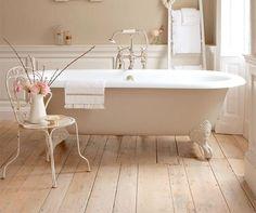 Notre attention est immédiatement attirée par la baignoire ancienne. Mais pourquoi une baignoire et pourquoi ancienne? La réponse se cache dans l'apparence.