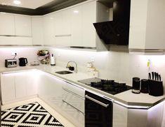 Yeni yeni dekorunu tamamladığı evinde, göz alıcı detaylarla zenginleşen modern stile yer veren Pınar hanımın konuğuyuz.. Gümüş aksesuarlar, küçük dokunuşlarla zenginleşen duvarlar Pınar hanımın ev...
