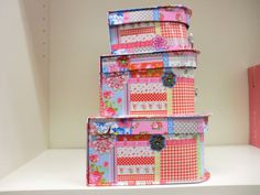 Der Deko Koffer rosa ist aus dicker Pappe. Das Muster ist mit verschiedenen Blumen und Karomustern versehen.