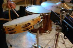 Posiblemente, la percusión sea la cuerda instrumental que data de mayor antigüedad. Y una de las que fama de mayor facilidad (totalmente falso) tiene. Percusión: Historia En la prehistoria ya existían diversos tipos de instrumentos de percusión.   #historia #mitos