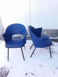 Keinonahkaiset 60-luvun tuolit, hieno ajan henkinen muotoilu. Kampaamon/parturin tuolit. Pieniä käytön jälkiä; verhoilussa pieniä rikkoja ja kulumajälkiä, toisessa enemmän kuin toisessa, tukevat ja käyttökuntoiset. Putkijalat, joissa maalipinnassa kulumaa. Parempi kuntoinen 80 euroa, huonompi 65 euroa. Get Directions, Chair, Furniture, Vintage, Design, Home Decor, Decoration Home, Room Decor