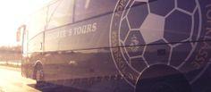 De spelersbus van FC Chabab was ruim anderhalf uur geleden nog onderweg naar Emmen voor de wedstrijd tegen WKE.  Via Twitter/@fcchabab