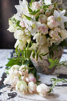 such a beautiful, lush arrangement....blog du I'llony  ᘡℓvᘠ❉ღϠ₡ღ✻↞❁✦彡●⊱❊⊰✦❁ ڿڰۣ❁ ℓα-ℓα-ℓα вσηηє νιє ♡༺✿༻♡·✳︎· ❀‿ ❀ ·✳︎· WED NOV 09, 2016 ✨ gυяυ ✤ॐ ✧⚜✧ ❦♥⭐♢∘❃♦♡❊ нανє α ηι¢є ∂αу ❊ღ༺✿༻✨♥♫ ~*~ ♪ ♥✫❁✦⊱❊⊰●彡✦❁↠ ஜℓvஜ