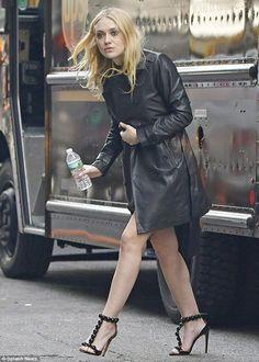 Dakota Fanning wears stilettos and black leather coat while on set of Ocean's 8 Dakota Fanning Style, Georgia, Fanning Sisters, Oceans 8, Bollywood, Beautiful Actresses, Mantel, New York City, Celebrity Style