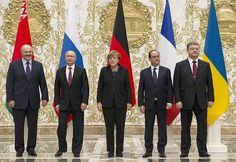 11日、ベラルーシの首都ミンスク(Minsk)で、4カ国首脳会談で記念撮影する各国首脳。左からルカシェンコ・ベラルーシ大統領、プーチン・ロシア大統領、メルケル独首相、オランド仏大統領、ポロシェンコ・ウクライナ大統領(AFP=時事) ▼12Feb2015時事通信 ウクライナ停戦へ徹夜会談=4カ国首脳、きょうも協議継続か-親ロ派もミンスク入り http://www.jiji.com/jc/zc?k=201502/2015021200039