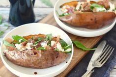 Wat is er nóg beter dan gebakken zoete aardappel? Juist, gepófte zoete aardappel. Vandaag hebben we onze oranje vriend weer in een jasje van aluminiumfolie gestoken en gepoft in de oven. Mmm… dat is zo heerlijk! Heb jij het al eens geprobeerd? Het poffen van een zoete aardappel kan trouwens... Love Food, A Food, Healthy Diners, Cooking Recipes, Healthy Recipes, High Tea, Foodies, Dinner Recipes, Veggies