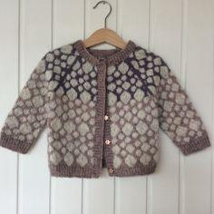 Størrelser: 1 år / 2 år / 3 år Garn: lammeuld med løbelængde på ca. Kids Knitting Patterns, Knitting Blogs, Knitting For Kids, Lace Knitting, Knitting Sweaters, Knitting Scarves, Baby Pullover, How To Start Knitting, Fair Isle Knitting