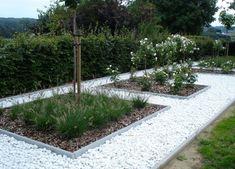 Grind of siersplit in de tuin: Tips voor aankoop en aanleg | Ik woon fijn Modern Garden Design, Landscape Design, Back Gardens, Outdoor Gardens, Pebble Garden, Fresco, Green Garden, Garden Inspiration, Garden Ideas