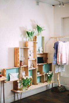 """Meuble original créé par la boutique éphémère """"Chez les Simone"""" pour donner du style à leur magasin. Nous accompagnons nos clients dans la création de leur meuble chez Ripaton.fr"""