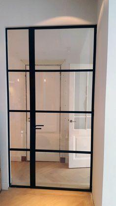 Stalen deur met SL30 profiel van Perfect View. De vakverdeling geven de deur een unieke look. Interior Door Styles, Black Interior Doors, Door Design Interior, Loft Design, House Design, Crittal Doors, Glass Partition Wall, George House, Decoration Entree