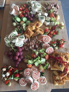 Plank vol lekkere hapjes Party Food And Drinks, Snacks Für Party, Appetizers For Party, Tapas, Vegetable Crafts, Healthy And Unhealthy Food, Charcuterie Platter, Fingerfood Party, Good Food