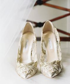 Love the metallic and lace details for a formal bride. These #oscardelarenta shoes are everything! Photo by @erickelley  #munafashion #munaluchibride #weddingshoes #style #glam #lace