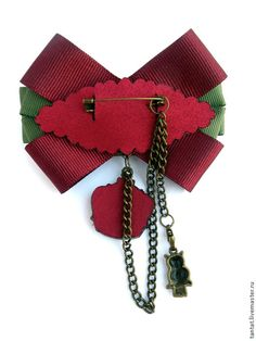 Back view of stacked bow, corsage. Love the fact that the backing for the pin is scalloped. Not just a rectangular piece of fabric. Ribbon Jewelry, Ribbon Art, Fabric Jewelry, Ribbon Crafts, Ribbon Bows, Diy Jewelry, Handmade Jewelry, Jewelry Making, Women Bow Tie