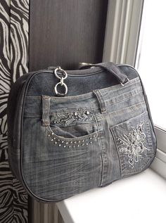 Одноклассники Denim Bags From Jeans, Denim Purse, Crochet Russo, Mode Country, Blue Jean Purses, Denim Decor, Only Jeans, Denim Handbags, Crochet Boots