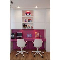 Cantinho de estudo pink no quarto de menina  By Marcelo Rosset #ahlaemcasa #cantinhodeestudos #pink #rosa #quartodemenina #escrivaninha