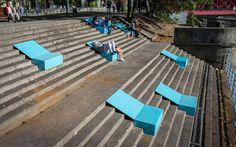 """Surnommée la """"Venise de Pologne"""", la ville de Wrocławse situeà 3 heures de Cracovie.Pour offrirun second souffle à des endroits délaissés par les habitants, la ville a fait appel austudio de design No Studio.Avec ce projet nommé """"Microinstallation"""", lespromeneurs peuvent maintenant profiter des rives de l'Oldradans des transats minimalistes qui s'adaptent aux escaliers. Economiques …"""