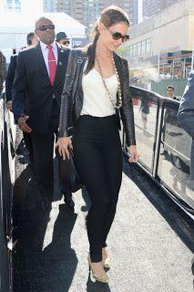 Katie Holmes è andata alla New York fashion week con addosso giacca di pelle e pantaloni neri e canotta bianca.