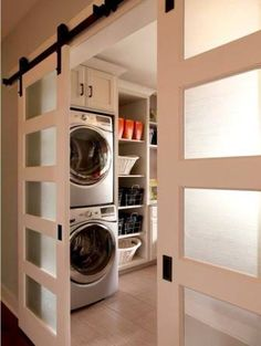 A esa pequeña área que tienes reservada como cuarto de lavado puedes adecuarla perfectamente para que esté excelentemente organizada y ese punto será la mejor decoración que puedas otorgarle. Si este espacio donde tienes la lavadora, secadora y el área para planchar es muy pequeño, puedes colocar estanterías en las que puedes poner contenedores abiertos de plástico tipo cestas. Ahí puedes organizar los productos de limpieza, plancha, detergentes y todo lo demás que necesites para tener tu…