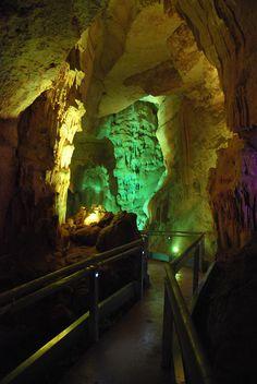 Cueva de los Franceses, está situada en el término municipal de Revilla de Pomar, al noreste de la provincia de Palencia Aquarium, Spain, Travel, French People, Caves, Beautiful Places, Goldfish Bowl, Viajes, Aquarium Fish Tank