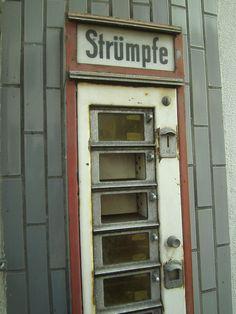 Strümpfe sind im Automaten in Altenahr längst vergriffen.