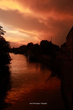 """""""Colores"""" -- Puesta de sol. Un canal. Una ciudad única. Bamberg es una joya que no sucumbió en la Segunda Guerra Mundial. Lo que siempre nos hemos imaginado como una ciudad de cuento, está en esta bella ciudad."""