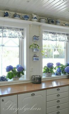 Blue and white kitchen - Kitchen Decor Magazine Country Decor, Farmhouse Decor, Farmhouse Windows, Blue White Kitchens, Kitchen White, China Kitchen, Nice Kitchen, Sweet Home, Vibeke Design