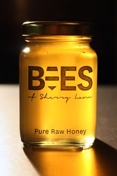 Bees of Sherry Lane honey – Honig , Salatdressing und mehr Honey Packaging, Cool Packaging, Food Packaging Design, Honey Jar Labels, Honey Label, Honey Bottles, Honey Logo, Raw Honey, Honey Bees