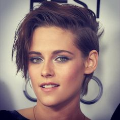 Love, love her short hair! She looks amazing!