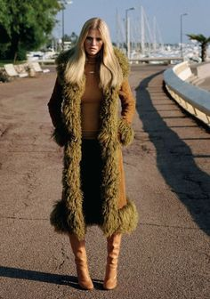 She's the daughter of ravens • a-state-of-bliss: Vogue UK Oct 2011 - Lara Stone. 70s Inspired Fashion, 60s And 70s Fashion, Retro Fashion, Boho Fashion, Winter Fashion, Vintage Fashion, High Fashion, Fashion Outfits, 1960s Fashion Hippie