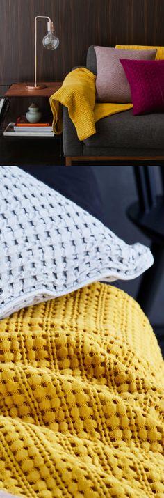 Für unsere zeitlose Tagesdecke Anadia wird mehrfach gekämmte und merzerisierte Baumwolle in eleganter Jacquard-Bindung verwoben. Die strukturierte Webart verleiht der Tagesdecke eine besonders luftige Textur, die charmant und wenig aufdringlich wirkt.