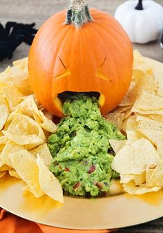 Get some good laughs at your next Halloween party with this barfing pumpkin guacamole! Get some good laughs at your next Halloween party with this throwing up pumpkin guacamole! Entree Halloween, Comida De Halloween Ideas, Halloween Fingerfood, Bolo Halloween, Easy Halloween Snacks, Hallowen Food, Halloween Appetizers, Halloween Desserts, Halloween Food For Party