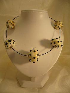32A Collier 5 perles ivoire a points noirs 1 | Flickr: partage de photos!