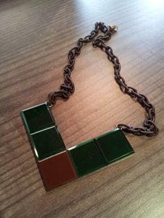 Metacrilatos verde y marrón, base de latón y cordón de poliester