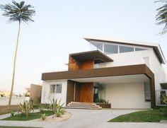 Fachada de casa con techo inclinado
