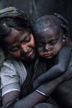 ♂ A woman holds her child, blackened by carbon dust. photo by shehzad noorani. His photos tells stories.to see how people live in the other world We Are The World, People Around The World, Poor Children, Children Play, Kids Sleep, Child Sleep, Sad Child, Child Smile, Baby Sleep