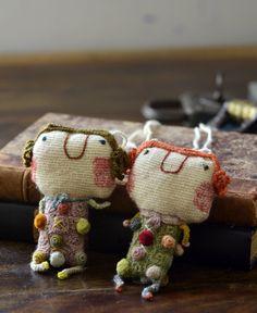 アリスと名付けられたドールネックレス。 上質ウールのクロシェ編みが細部にレイアウトされ、アンバランスな可愛さが魅力で個性的なキャラクター性を感じられる作品です。上質リネン糸を一針一針丁寧に編ま込んだ、細かいパーツ作りはハンドメイドならでは。子どものデッサンをベースに作成されたドールネックレスは、遊び心をプラスしたソフィ・ディガーのセンスがキラリ。シンプルになりがちな秋冬のファッションのアクセサリー代わりにアクセントとしてプラスするのも楽しい作品。※A,Bの2タイプからお選びください。※光の当たり具合で色が多少異なって見えます。※作品サイズも多少の前後がある場合もございます。どうぞご了承ください。※当ブランド商品は製作者により芳香剤が使われています。使用しているうちに消えていきますが気になる方は陰干しをしてからお使い下さい。design in paris, hand made in madagascar size : about 10 x 6 cm (motif), 88 cm (cord) material...
